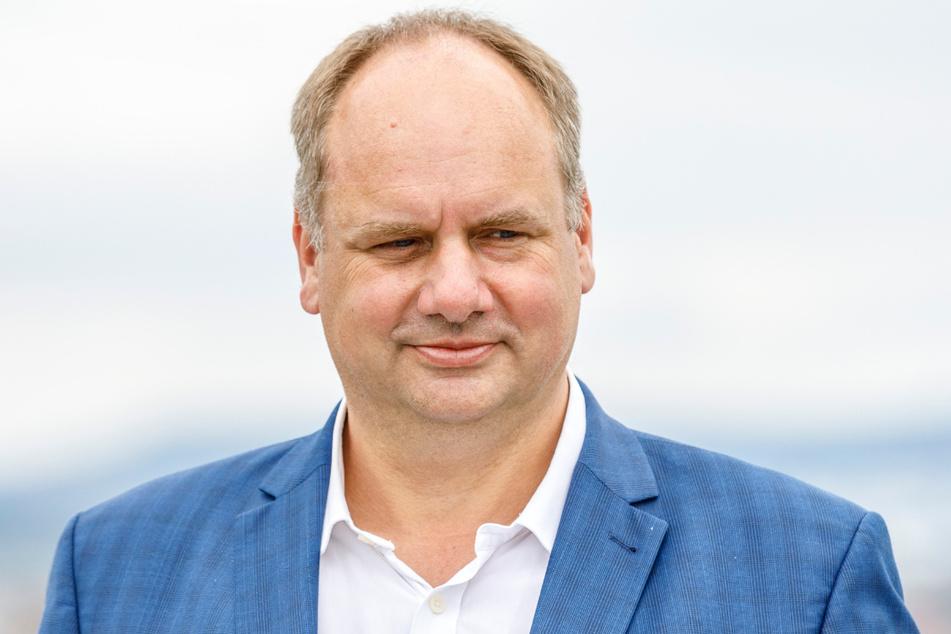"""Im Video """"O wie Oberbürgermeister"""" geht es um den Job von Dirk Hilbert (49, FDP)."""