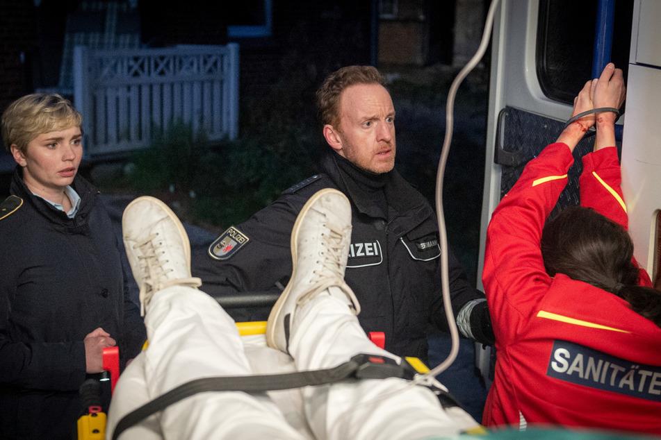 Stine Bergendal (l.) und Polizeihauptmeister Kai Timmermann finden in einem Rettungswagen einen toten Notarzt und seine gefesselte Assistentin.