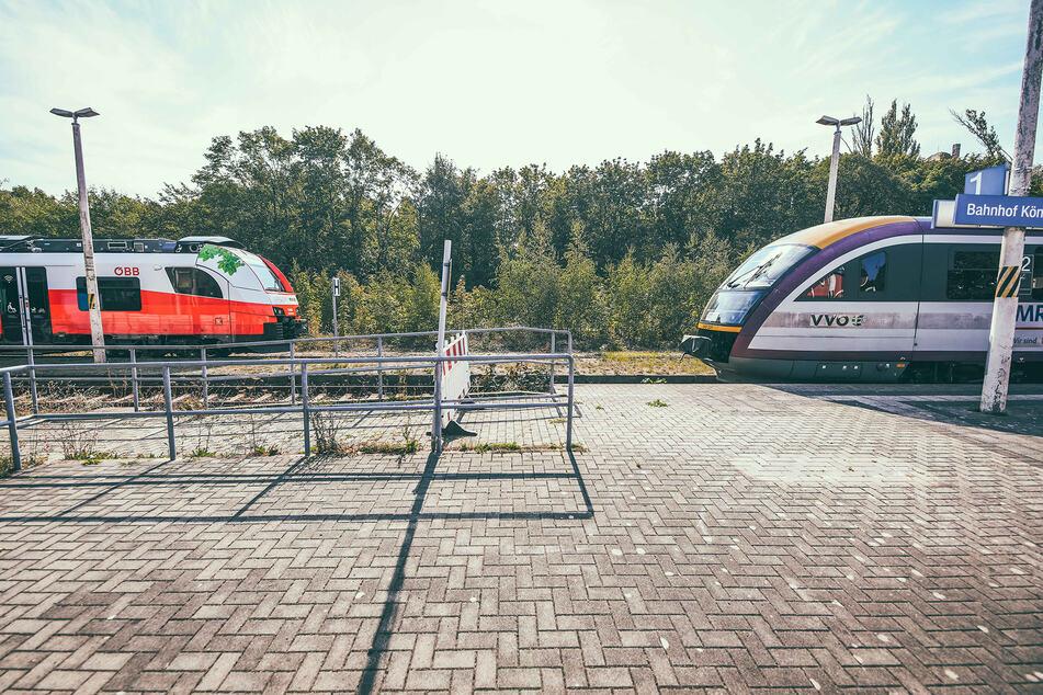 Die alten Regionalbahnen (r.) gehören schon bald der Vergangenheit an. Eventuell rollt ab 2031 der Akku-Zug von Siemens nach Königsbrück.