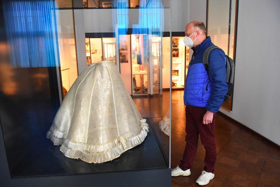 Der erste Besucher nach dem Lockdown, Bernd Daubner, betrachtet im Deutschen Museum ein Glasfaserkleid, das im Jahre 1924 dem Deutschen Museum gestiftet wurde und nun erstmals restauriert zu sehen ist.