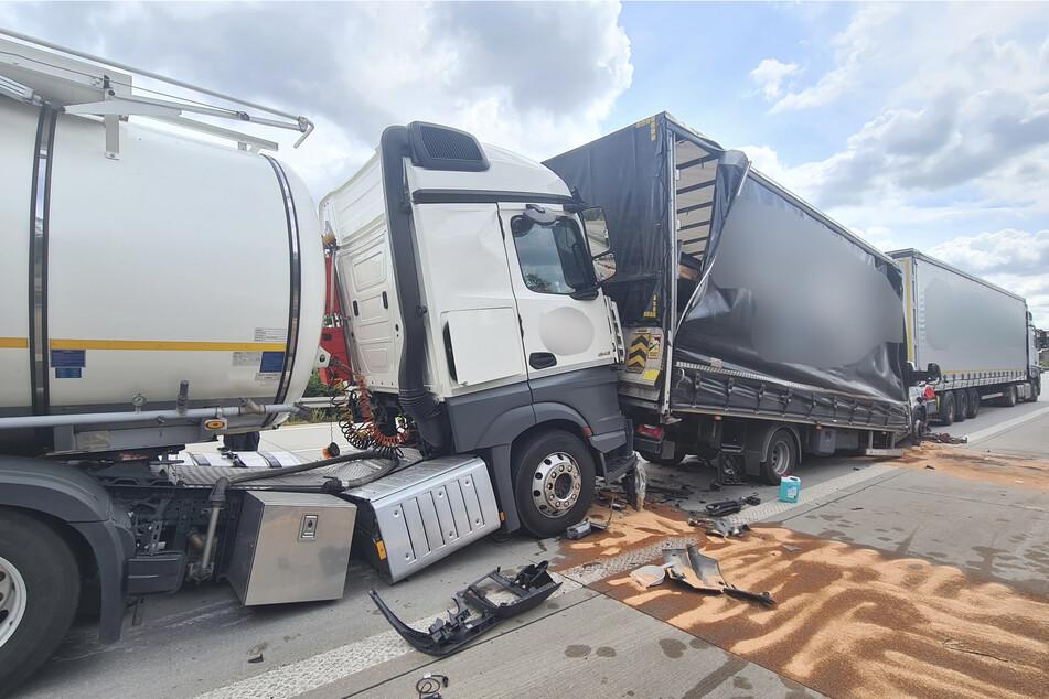 Unfall A9: Lkw krachen in Stauende auf A9 ineinander: Rettungshubschrauber im Einsatz