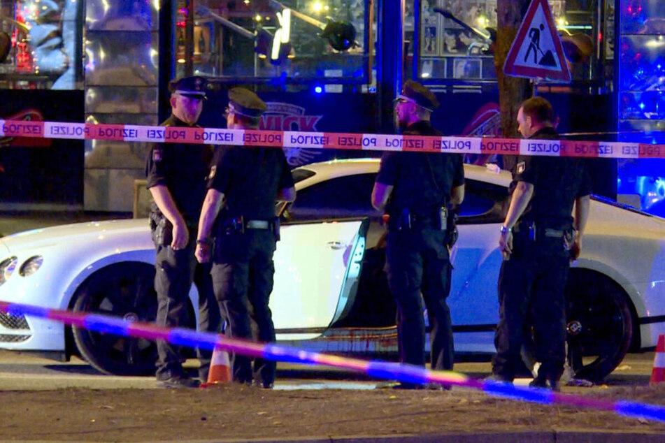 Polizisten stehen neben dem blutüberströmten Auto auf dem Millerntorplatz an der Reeperbahn, nachdem die Schüsse gefallen waren. (Archivfoto)