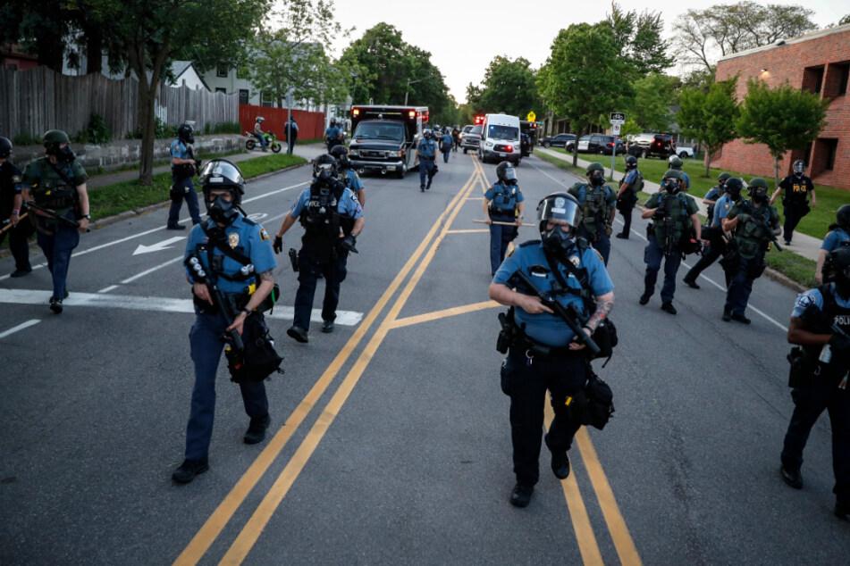 St. Paul nahe Minneapolis: Polizeibeamte räumen einen Abschnitt der Hamline Avenue in Schutzkleidung während der Proteste.