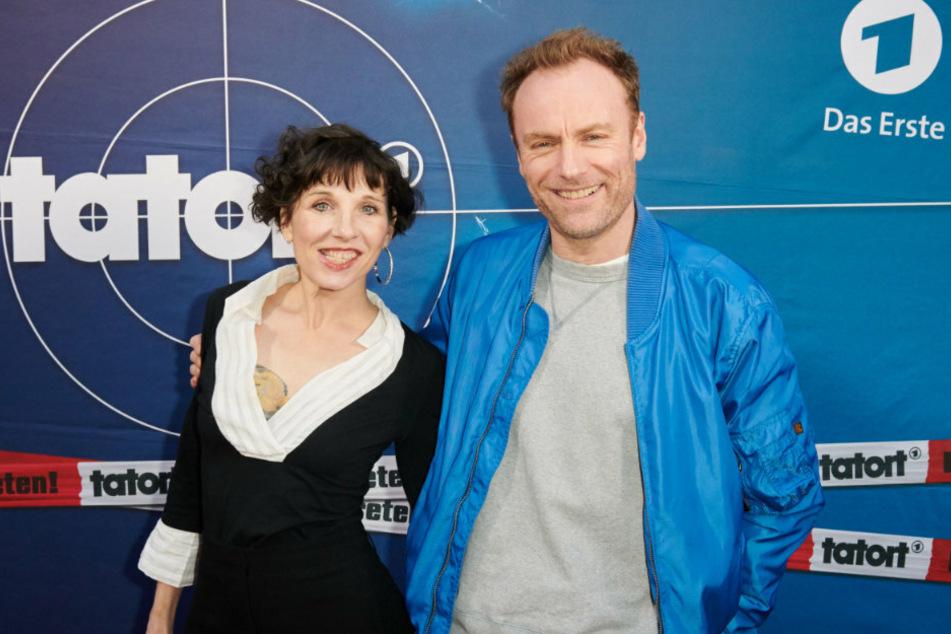 """Die Schauspieler Meret Becker (51, l.) und Mark Waschke (48) stehen auf dem roten Teppich zur Premiere des neuen ARD-""""Tatort""""-Krimis """"Der gute Weg""""."""