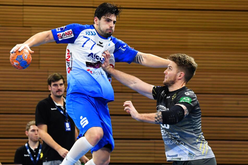 Nils Kretschmer versucht Savvas Savvas (7 Tore) zu stoppen. Kretschmer musste kurz vor Schluss mit Rot vom Feld.