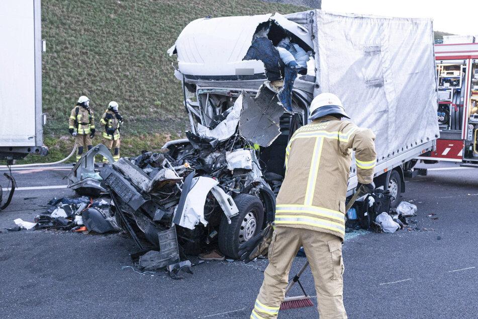 Ein Feuerwehrmann an der Unfallstelle.
