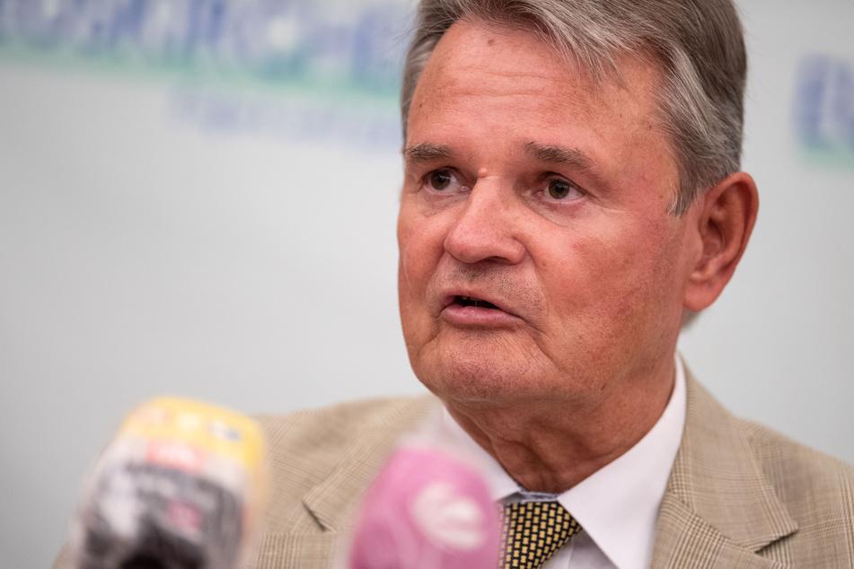 Günter Rosenke, Landrat des Kreises Euskirchen, spricht während einer Pressekonferenz.