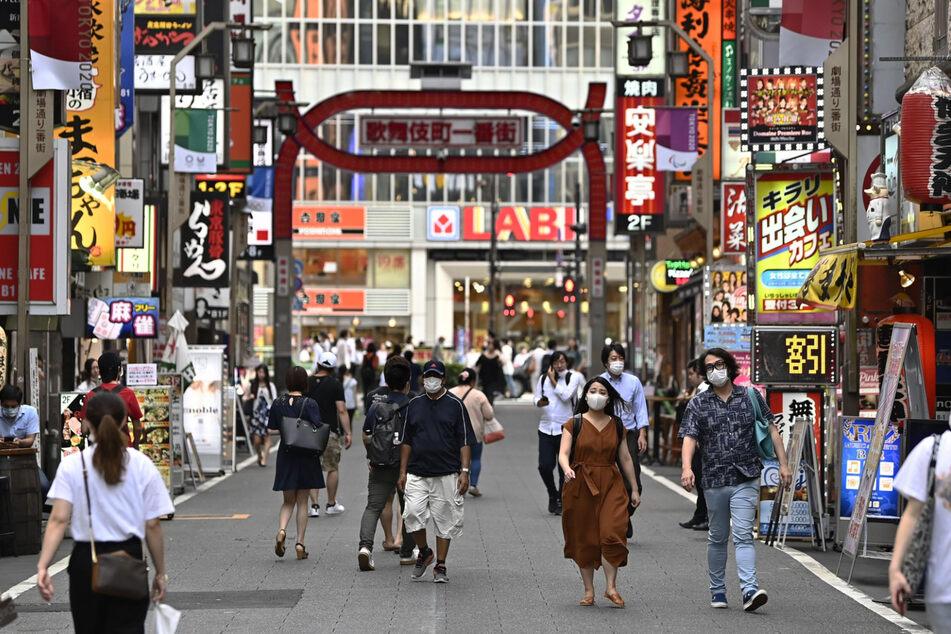Passanten gehen durch das Unterhaltungsviertel Kabukicho im Bezirk Shinjuku. (Archivbild)