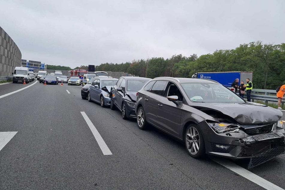 Bei einem Auffahrunfall auf der A10 wurden mehrere Autos beschädigt.