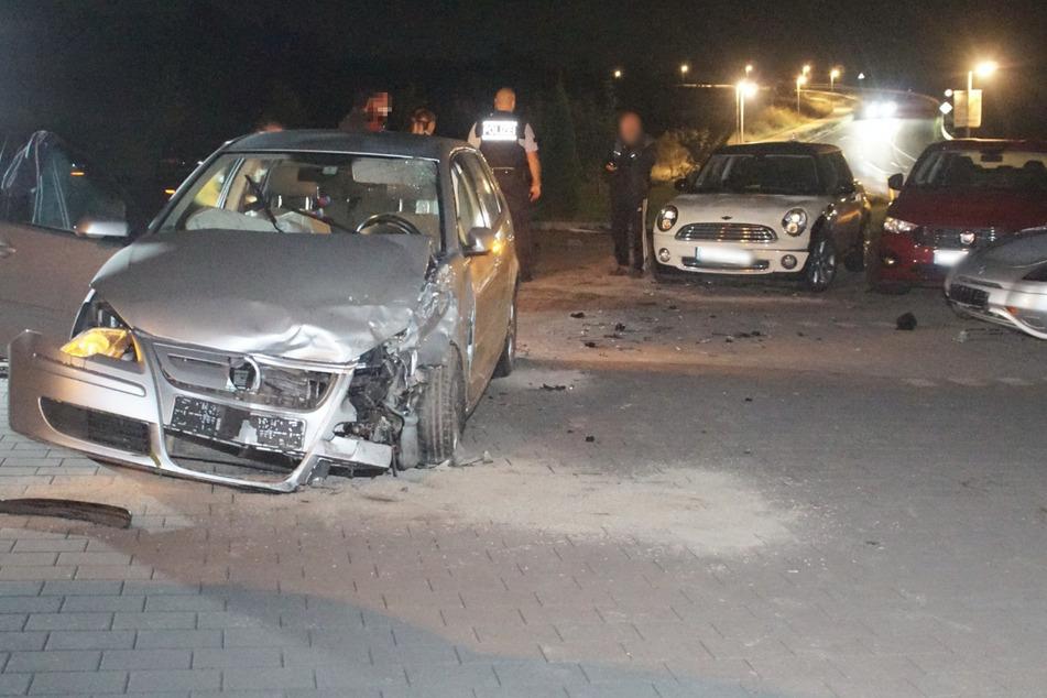 Der Wagen schanzte über einen Erdwall und kam auf dem Gelände einer Autowerkstatt zum Stehen.
