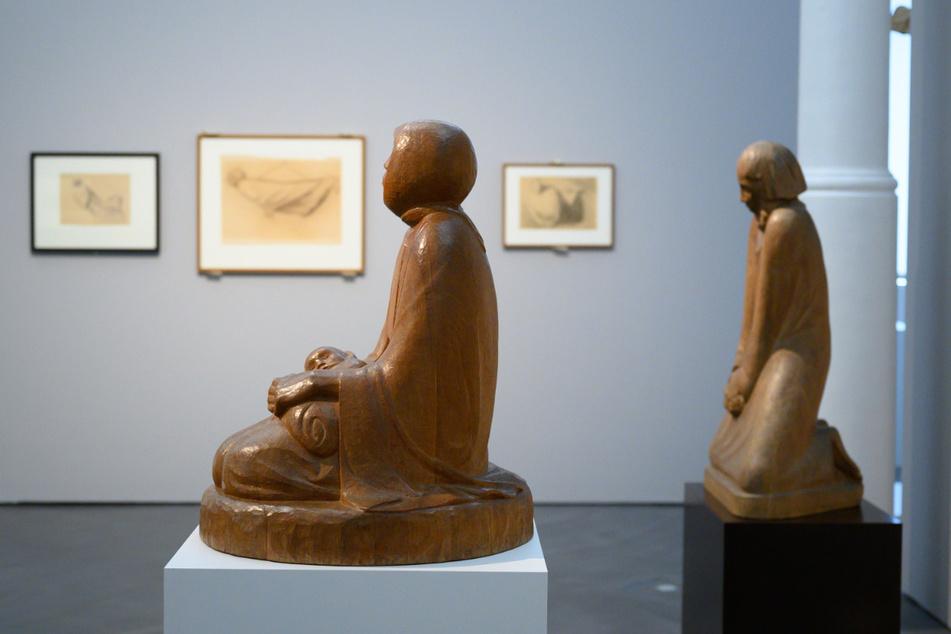 """Die Holzskulpturen """"Mutter und Kind"""" und """"Der Zweifler"""" (re.) von Ernst Barlach."""