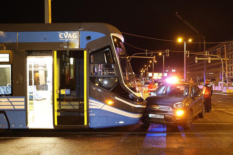 Unfall im Chemnitzer Zentrum: Straßenbahn rammt Fiat