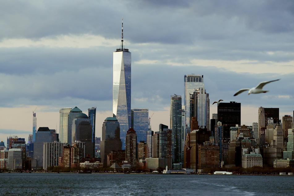 Die Skyline von New York City. Wegen der Coronavirus-Pandemie werden in diesem Jahr nur rund halb so viele Touristen wie noch 2019 erwartet.