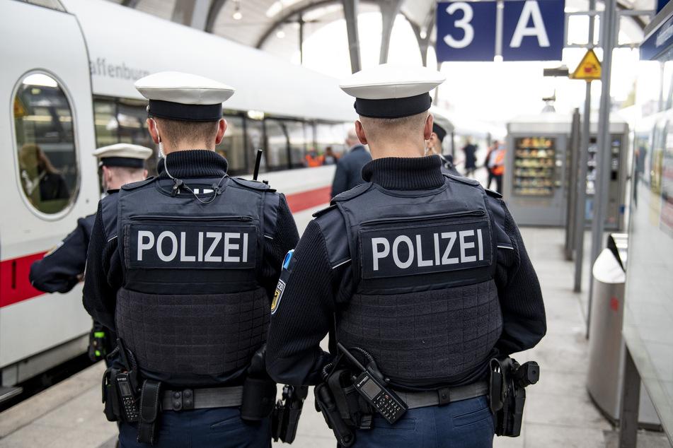 In den Zügen der Deutschen Bahn wird die Mund-Nase-Bedeckungspflicht durch Bundespolizisten kontrolliert.