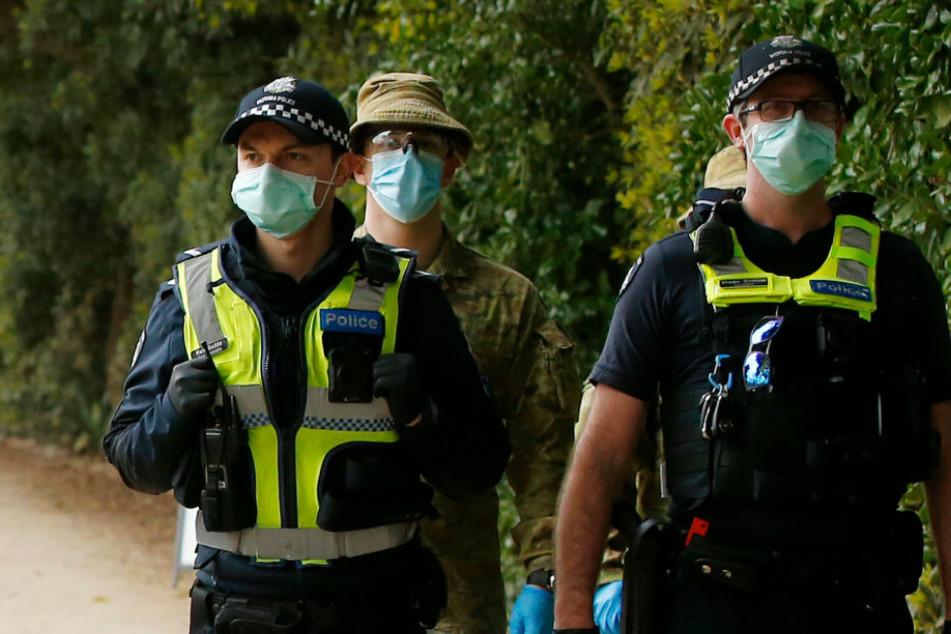 Polizisten sprechen Maskenverweigerin an: Ihre Reaktion macht sprachlos