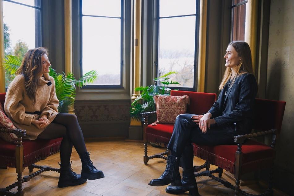 Michèle (l.) beim Vier-Augen-Gespräch mit Nikos Schwester Christina.