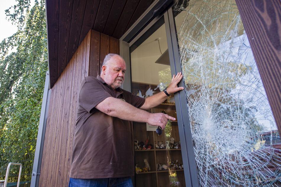 Amerika-Tierpark-Leiter Uwe Dempewolf (61) ist sauer über die zerstörte Tür am neuen Eingangsgebäude und den Diebstahl.