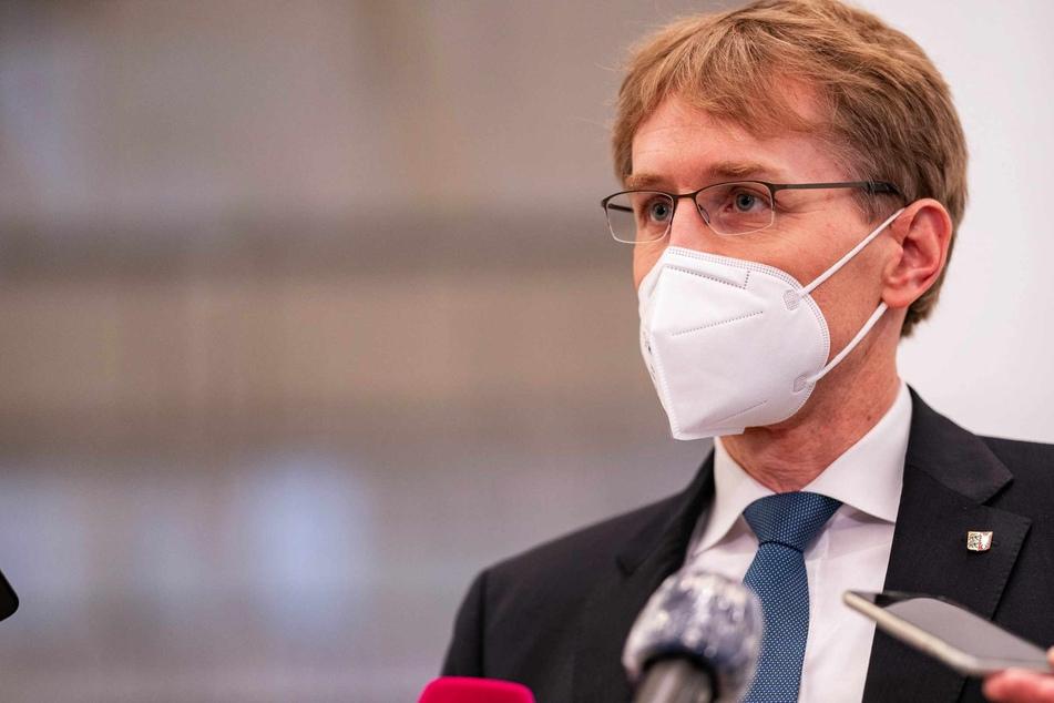 Daniel Günther (48, CDU), schleswig-holsteinischer Ministerpräsident, trägt bei einem Auftritt eine Maske.