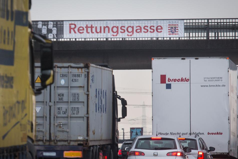 """Ein neun Meter langes Banner mit der Aufschrift """"Rettungsgasse"""" hängt an einer Brücke über der Autobahn A5 bei Eschborn."""