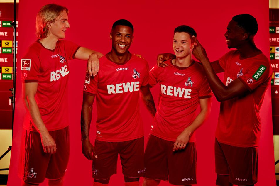 Die roten Auswärtstrikots des 1. FC Köln kommen edel daher.