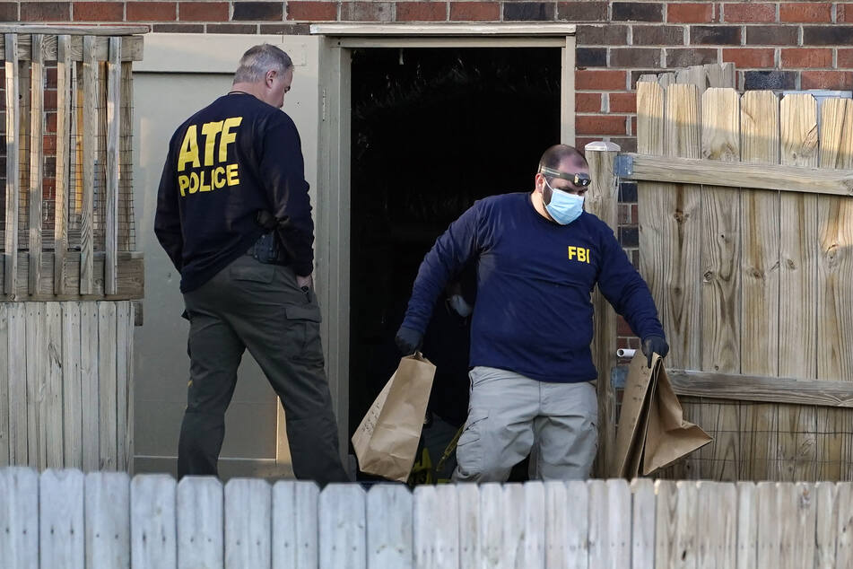 Ermittler des FBI und des ATF untersuchen ein Haus und sichern Gegenstände, die im Zusammenhang mit der Autobombe in Nashville stehen.
