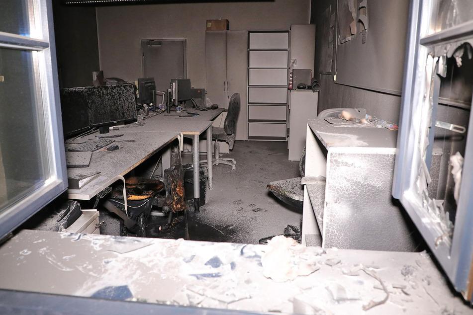 """In einem Büro auf dem Gelände der """"Zeitenströmung"""" blieben durch das Feuer verrußte Räumlichkeiten zurück."""