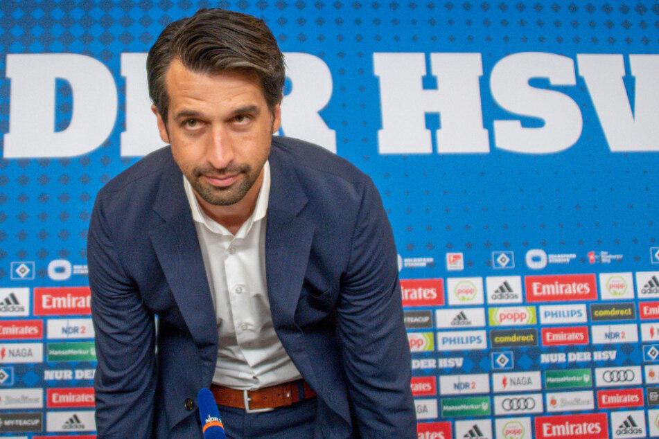 Jonas Boldt (38), neuer Sportvorstand beim HSV, betritt bei seiner Vorstellung die Pressekonferenz.