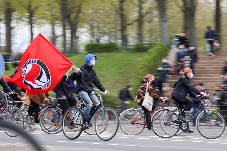 Teilnehmer einer linken Fahrraddemo treffen am Völkerschlachtdenkmal ein. Die Stadt Leipzig hat drei für den 1. Mai angemeldete Demonstrationen verboten.