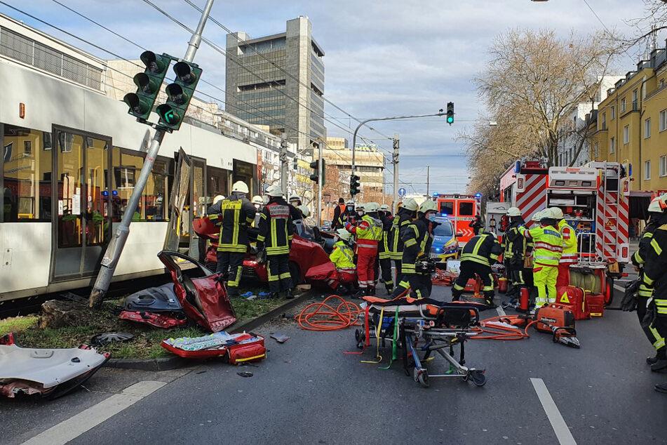Die Feuerwehr war vor Ort und musste die eingeklemmten Insassinnen des Renaults befreien.