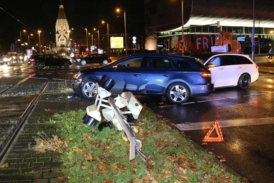 Unfall im Zentrum-Südost: Autofahrer fällt Ampel