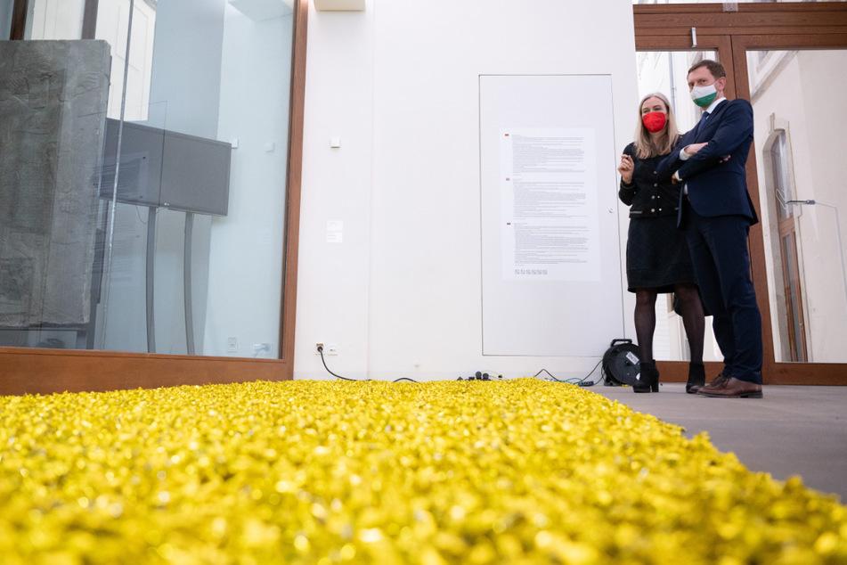 """Michael Kretschmer (46, CDU) schaut sich gemeinsam mit SKD-Direktorin Marion Ackermann eine Installation namens """"Unititled"""" aus Bonbons an."""