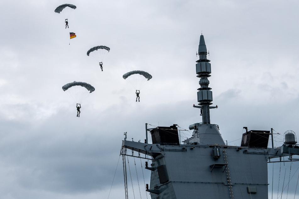 Bei den Feierlichkeiten demonstrierten Fallschirmspringer der Bundeswehr ihr Können.