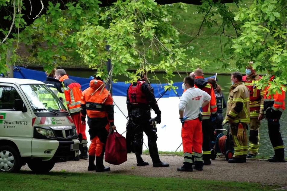 Zahlreiche Einsatz- und Rettungskräfte stehen rund um den Fundort der Leiche.