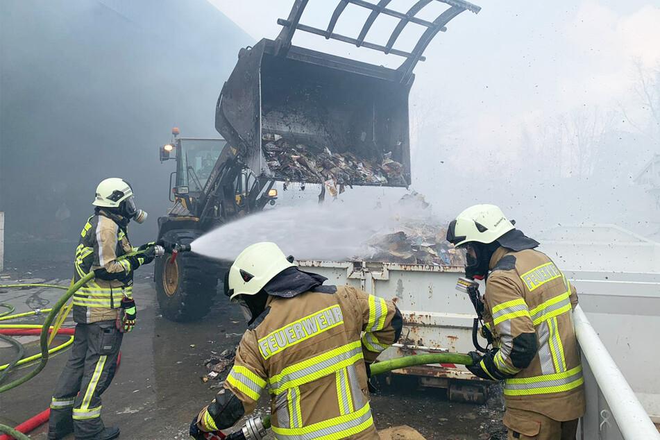 Mit schwerem gerät wurden die brennenden Papiere nach draußen gekarrt und von den Kameraden gelöscht.