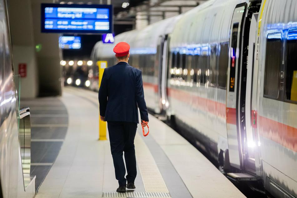 Die Deutsche Bahn hat angekündigt, zum Wochenende bundesweit rund 30 Prozent der Fernverkehrszüge fahren zu lassen.
