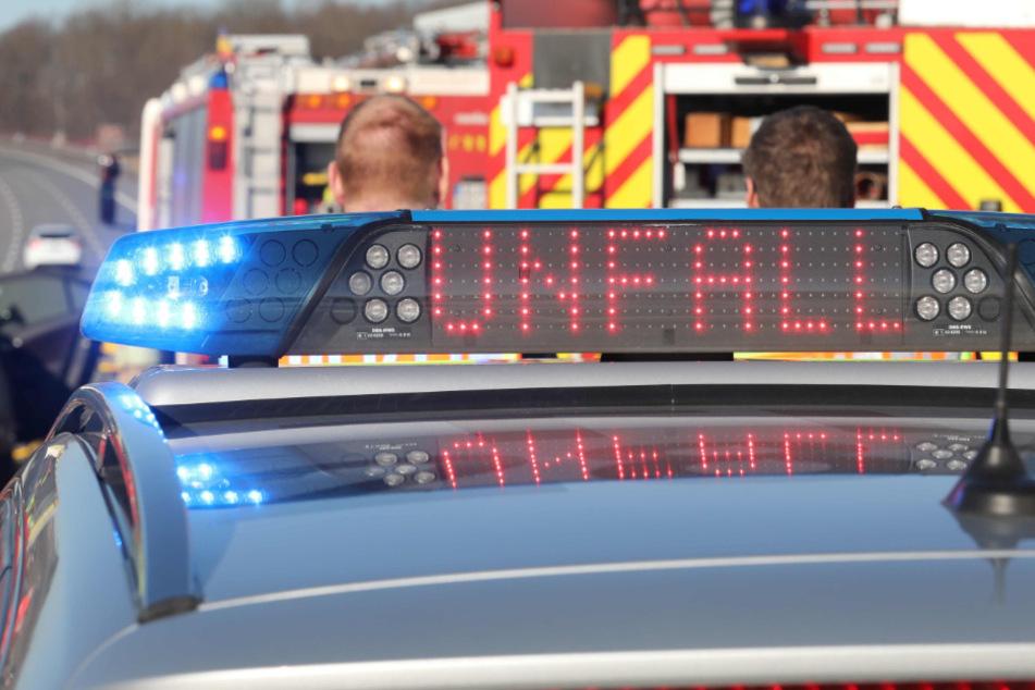 Rettungskräfte sind auf der Autobahn an einer Unfallstelle am arbeiten. (Archivbild)