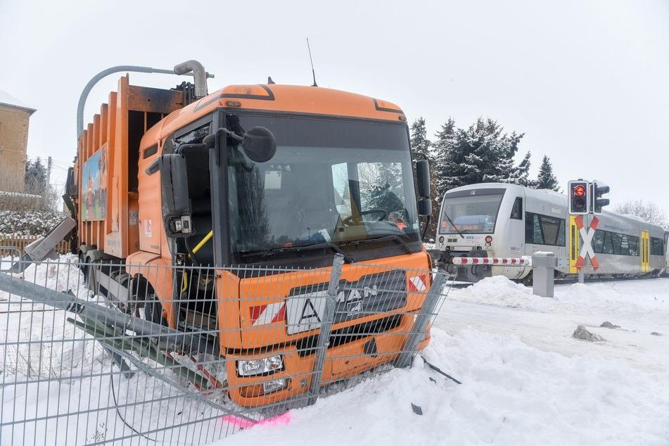 Chemnitz: Auf Bahnschienen gehalten: Zug kracht in Müllauto!