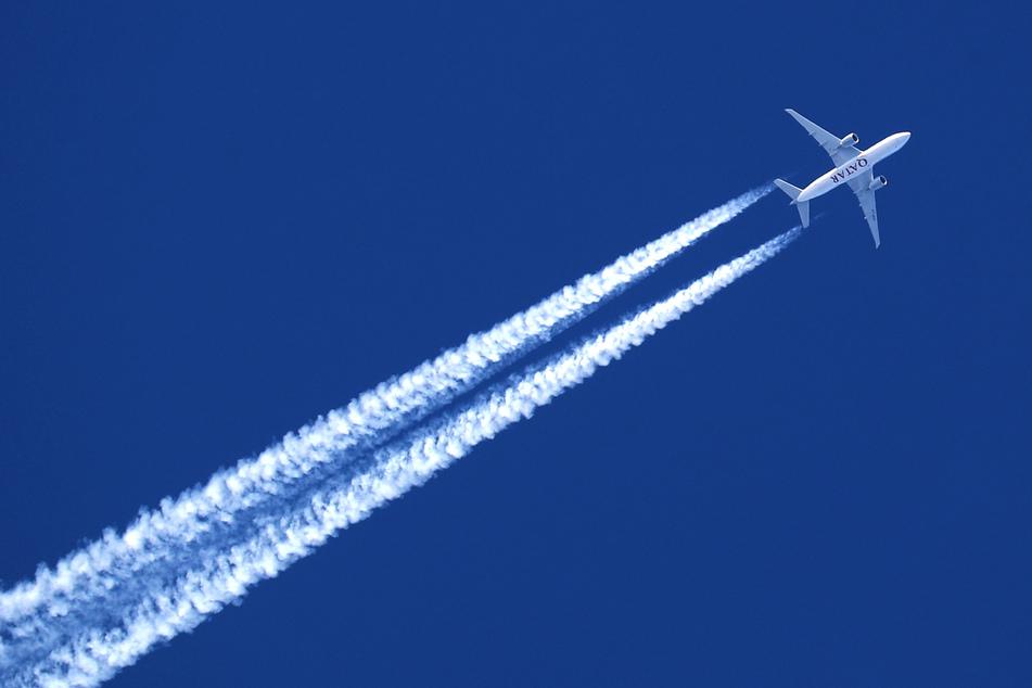 Bayern, Schwangau: Ein Flugzeug hinterlässt Kondensstreifen am wolkenlosem Himmel.