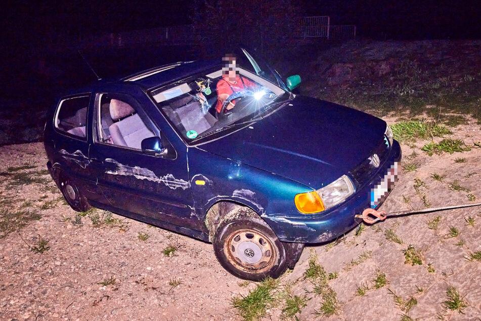Der VW Polo musste letzten Endes aus der Müglitz gezogen werden.