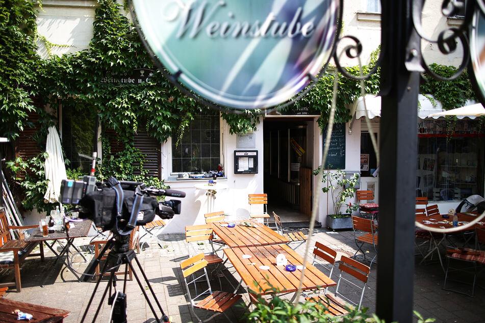 Eine Fernsehkamera steht in Ansbach (Bayern) im Hof von Eugen's Weinstube, dem Anschlagsort. (Archivbild)