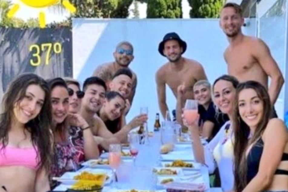 Trotz Verbot: Fußball-Profis feiern große Gartenparty, Spielerfrau postet es