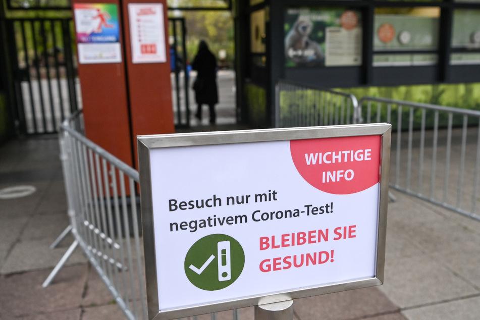 Vor dem Eingang zum Tierpark Berlin wird auf einem Schild darauf hingewiesen, daß der Eintritt nur mit einem negativen Coronatest möglich ist.