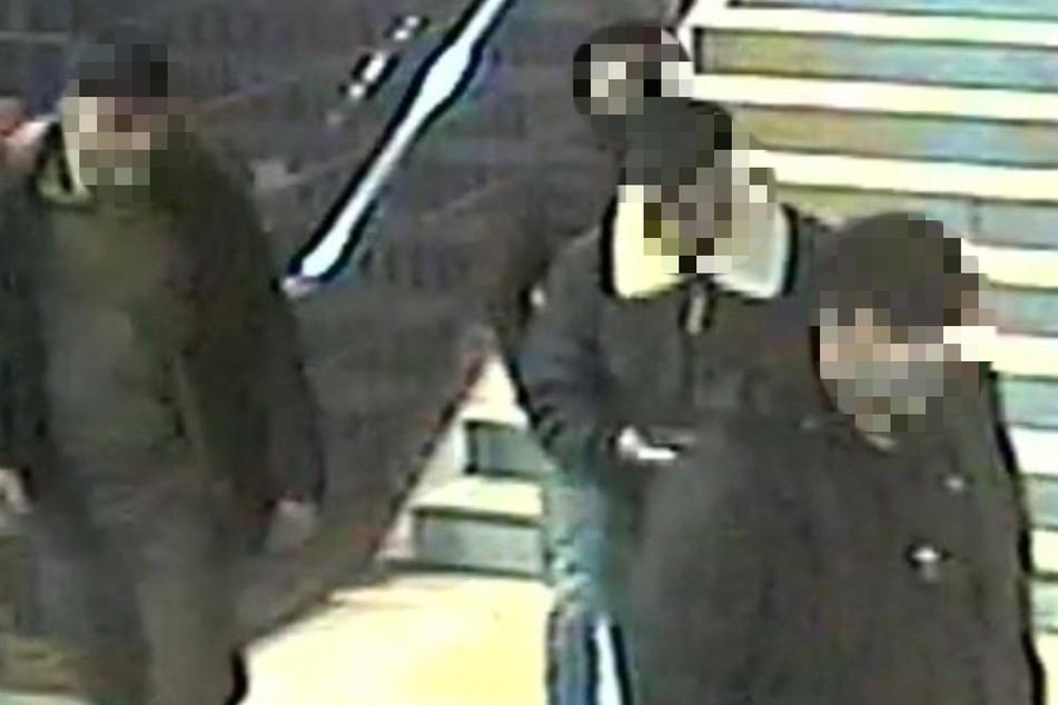 Bilder der Überwachungskamera zeigen die vier Tatverdächtigen Männer.
