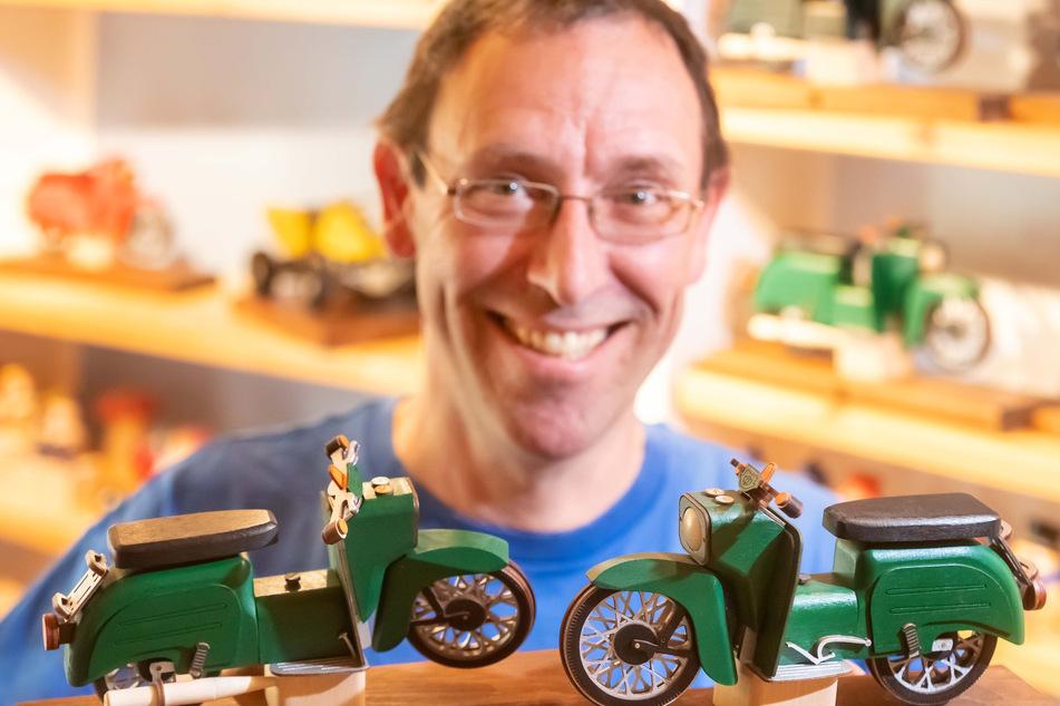 Holzspielzeugmacher Gerd Hofmann (49) bringt die beliebte Simson Schwalbe zum Qualmen.