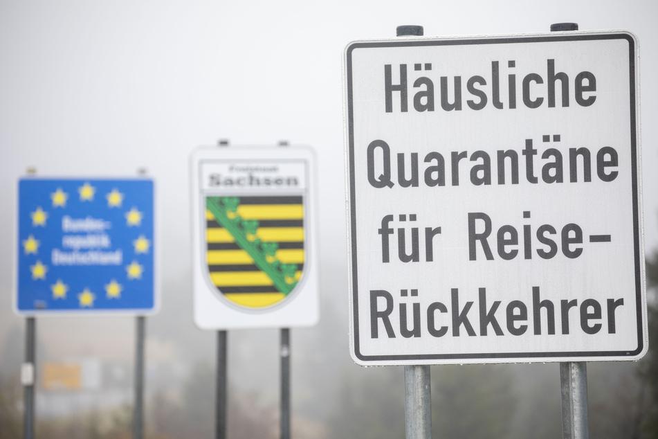 Kurz vor der tschechischen Grenze warnt ein Schild vor den Folgen eines Auslandsaufenthalts.