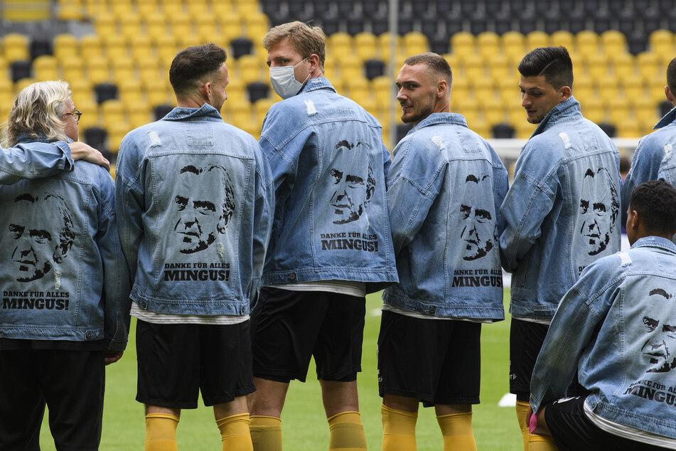 Die Mannschaft machte sich in Jeansjacken warm.
