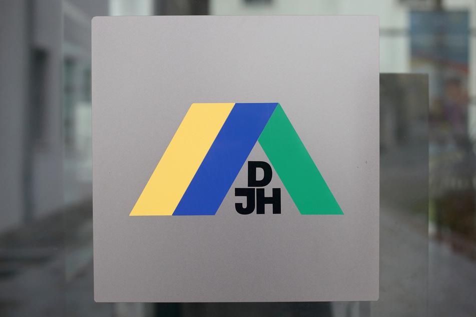 Das Markenzeichen der Deutschen Jugendherbergen am Gebäude der Jugendherberge in Wittenberg.