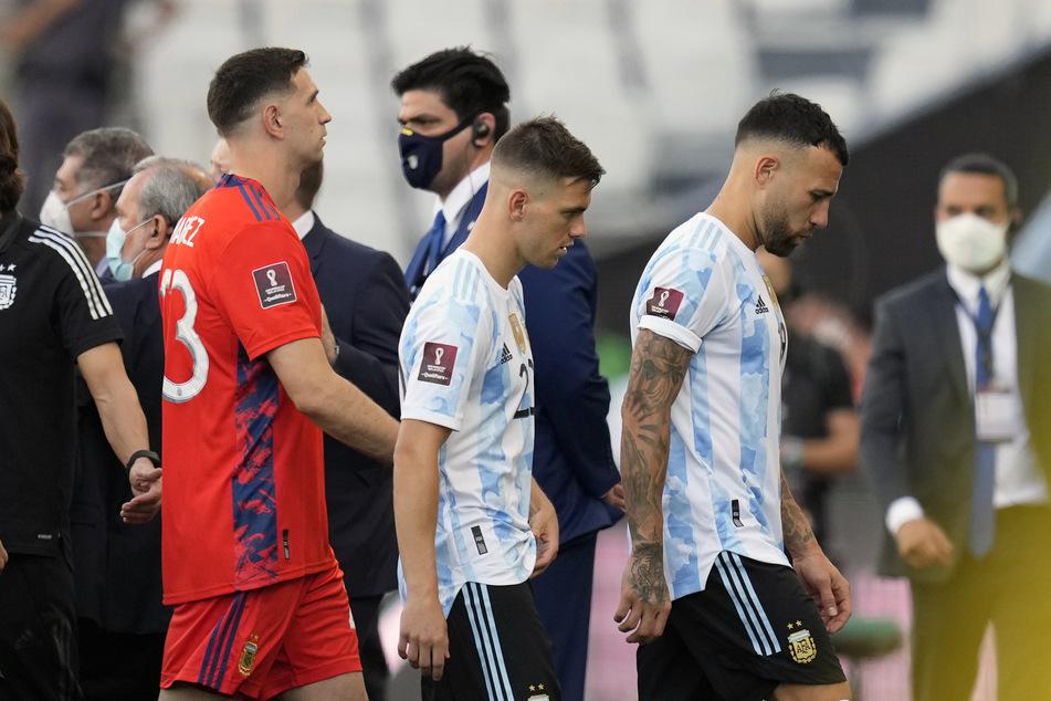 Die argentinischen Nationalspieler Nicolas Otamendi (33, r.), Giovani Lo Celso (25, M.) und Torhüter Emiliano Martinez (29, l.) verlassen das Spielfeld.