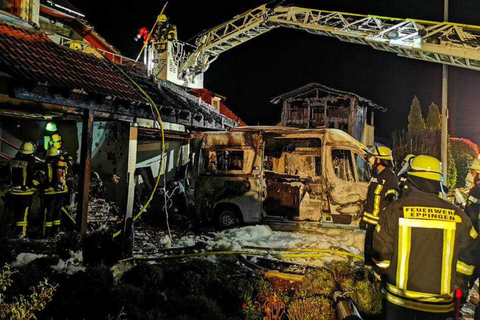 Wohnmobil geht in Flammen auf, kurze Zeit später brennen das Haus und ein Audi