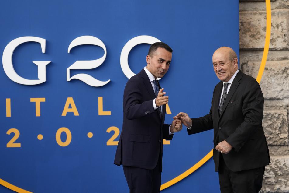 Die Außenminister der G20-Staaten beraten sich aktuell im süditalienischen Matera: Hier begrüßen sich der italienische Außenminister Luigi Di Maio (34, l.) und sein französischer Amtskollege Jean-Yves Le Drian (73).